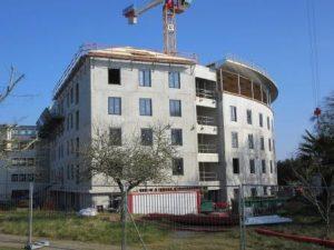 Un bâtiment récent en construction